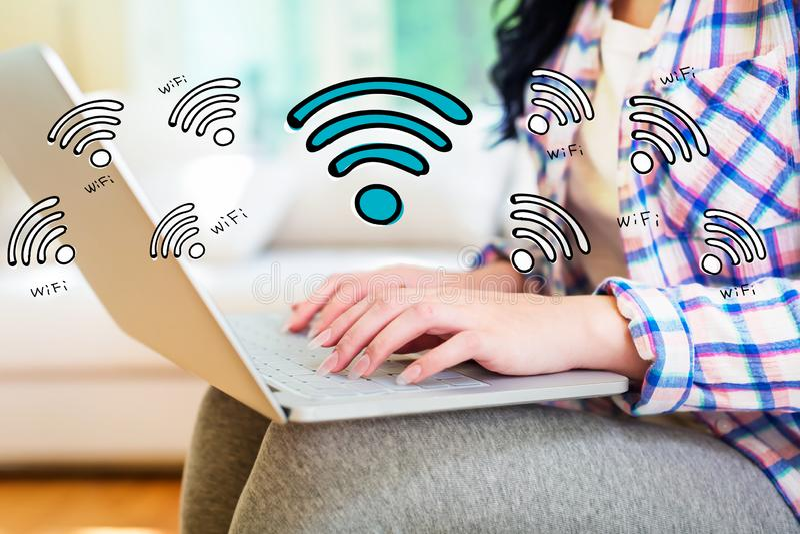 WiFi avec la femme à l'aide d'un ordinateur portable image libre de droits