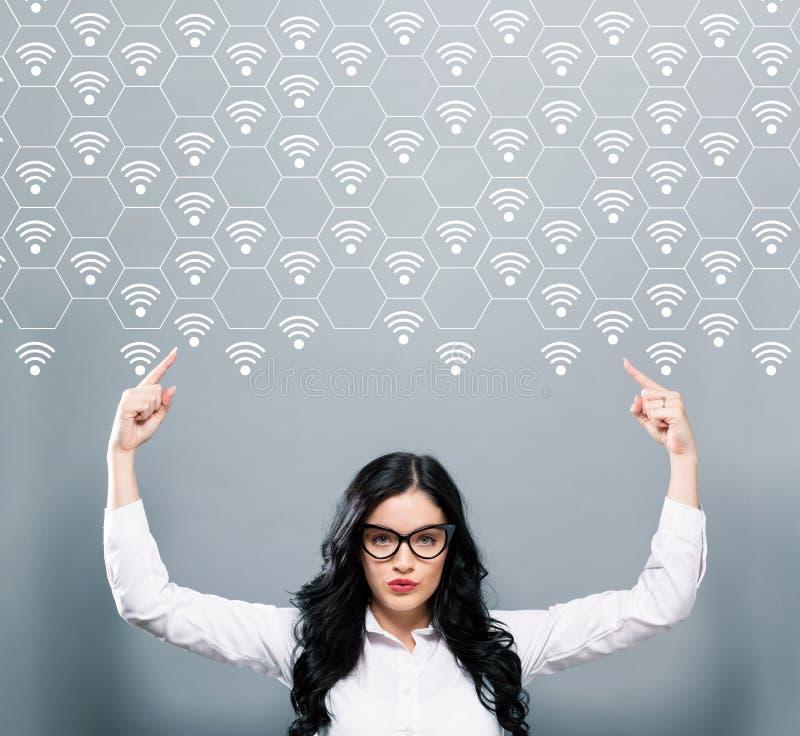 WiFi begrepp med affärskvinnan som uppåt pekar royaltyfri foto