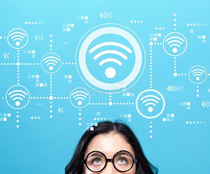 Wifi begrepp med den unga kvinnan royaltyfri foto
