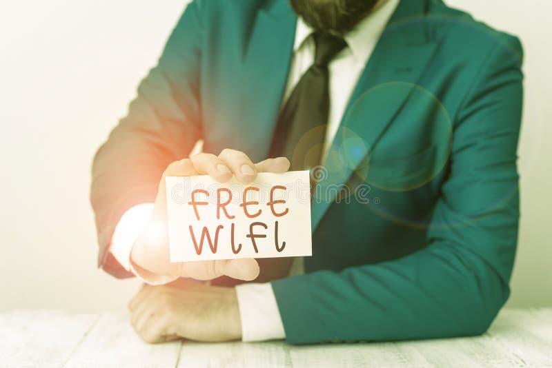 Wifi Gratuito de Texto do Word Conceito de negócios para permitir que você se conecte à Internet em locais públicos sem pagar Man foto de stock