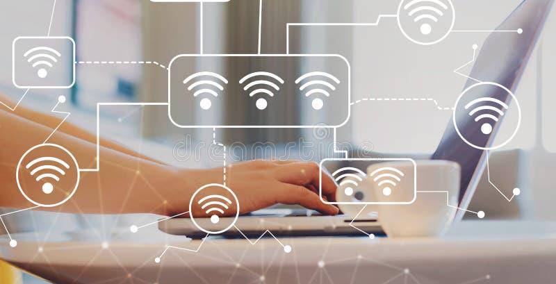 WiFi med kvinnan som använder en bärbar dator arkivbilder