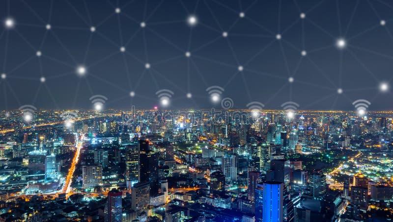 Wifi o linee senza fili della connessione di rete e del segno di Sathorn, città di Bangkok, Tailandia Distretto finanziario in ci fotografie stock libere da diritti