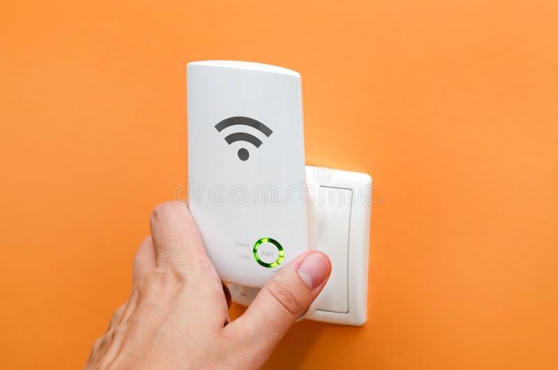 WiFi-repeater in elektrocontactdoos Eenvoudig manier zich uit te breiden wireles royalty-vrije stock afbeeldingen