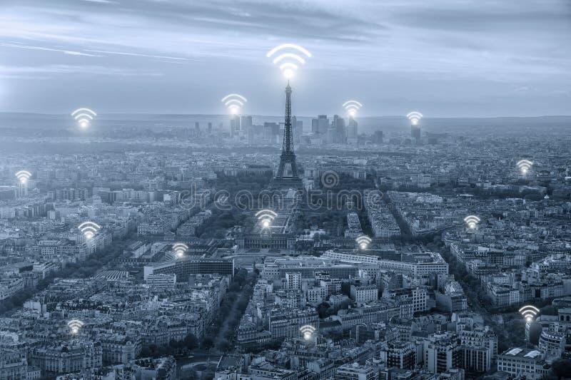 Wifi symbol och Paris stad med begrepp för nätverksanslutning, Paris royaltyfria bilder