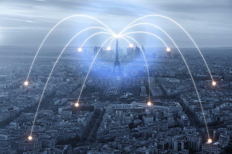 Wifi symbol och Paris stad med begrepp för nätverksanslutning, Paris den smarta staden och radiokommunikationsnätverket royaltyfria foton