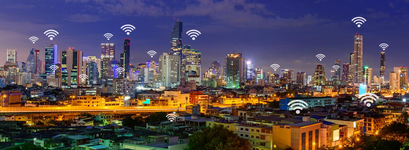 Wifi znak i wysoki budynek w panoramy miasta widoku obrazy stock