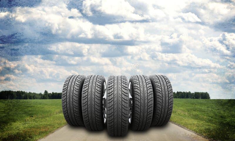 Wig van nieuwe autowielen op wegrek in stock foto's