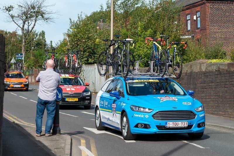 WIGAN, UK 14 DE SETEMBRO DE 2019: Foto que documenta a equipe da Wanty - Gobert Cycling Team, a apoiar o veículo que passa ao lon imagens de stock