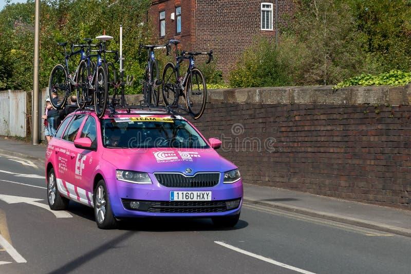 WIGAN, UK 14 SEPTEMBER 2019: Een foto van het ondersteunende voertuig van het EF Education First Pro Cycling team dat langs de stock afbeeldingen