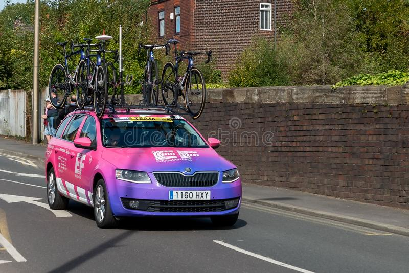 WIGAN, UK 14 SETTEMBRE 2019: Fotografia che documenta il veicolo di supporto del team di formazione EF First Pro Cycling lungo il immagini stock