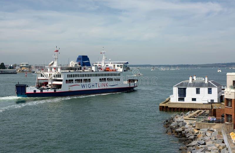 WightLink轮渡MV进入波兹毛斯,英国的圣塞西莉亚 免版税库存图片