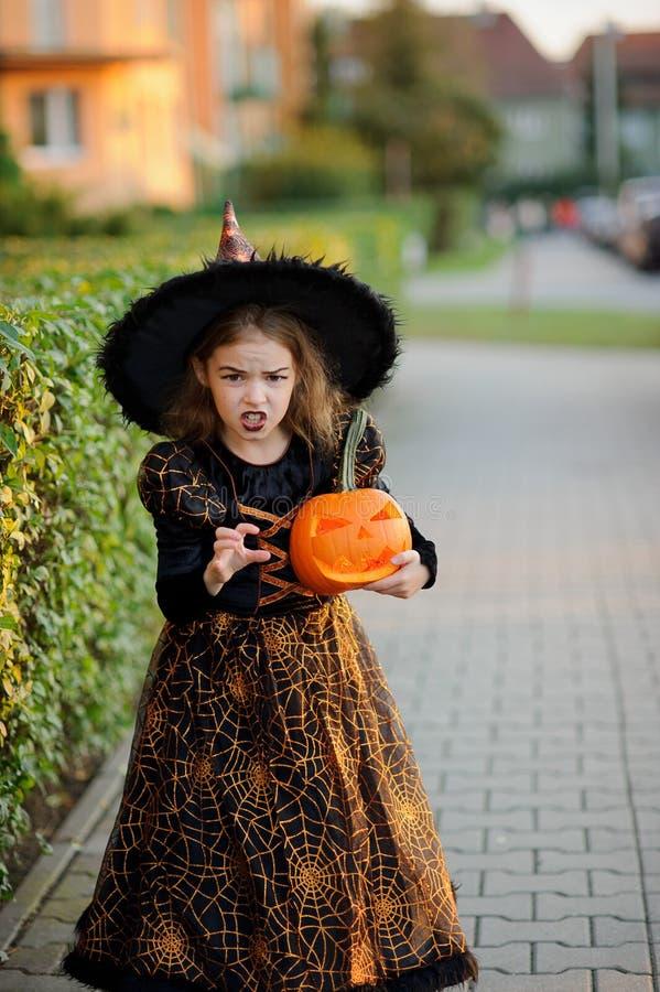 Wigilia Wszystkie Saints& x27; Dzień Dziewczyna 8-9 rok przedstawia złego enchantress zdjęcie stock