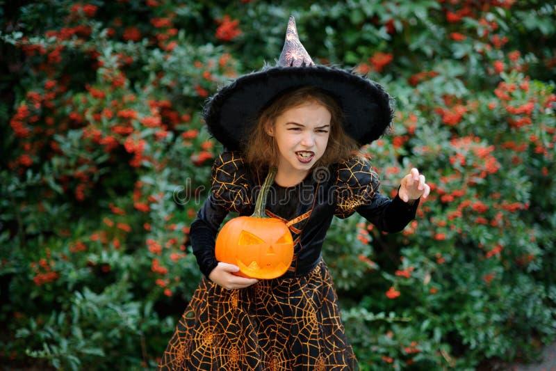 Wigilia Wszystkie Saints& x27; Dzień Dziewczyna 8-9 rok przedstawia złego enchantress obrazy stock