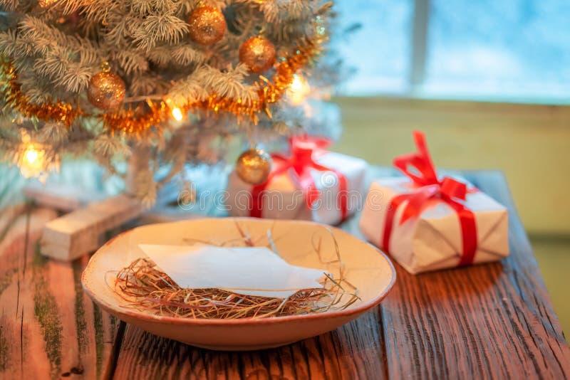 Wigilii opłatek, prezenty i choinka, zdjęcie stock