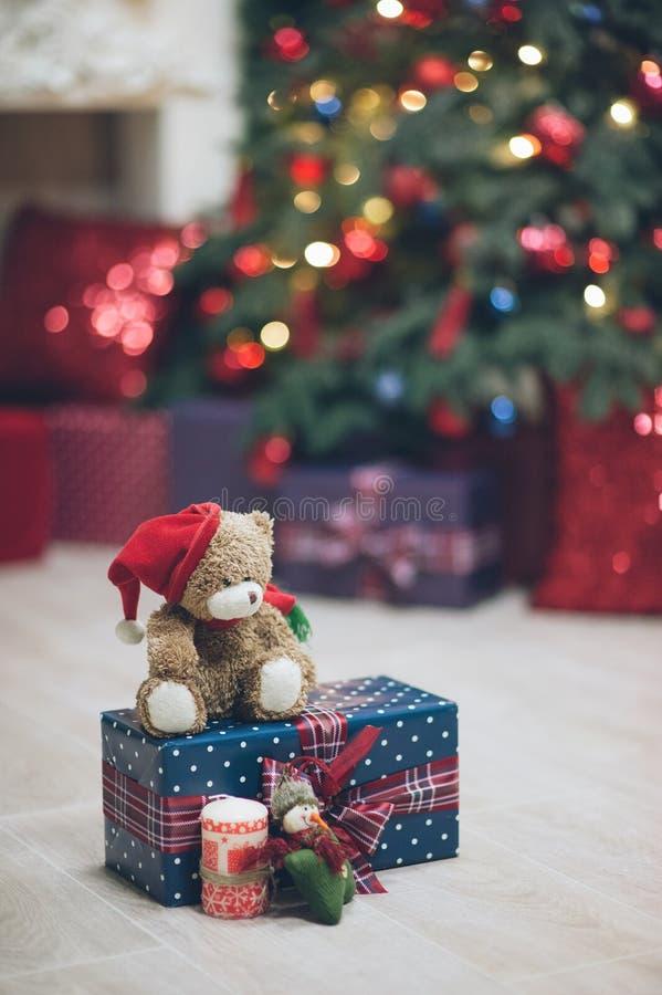 Wigilii pojęcia miś w Santa kapeluszu na prezenta pudełku blisko t obraz stock