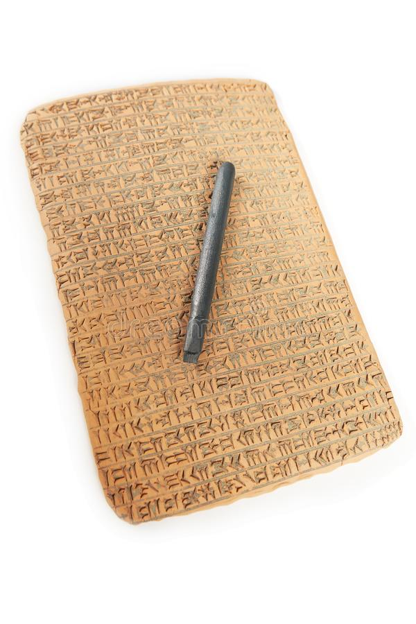 Wigvormig geschreven in bruine klei met rest van zand vuil en het schrijven hulpmiddel royalty-vrije stock foto's