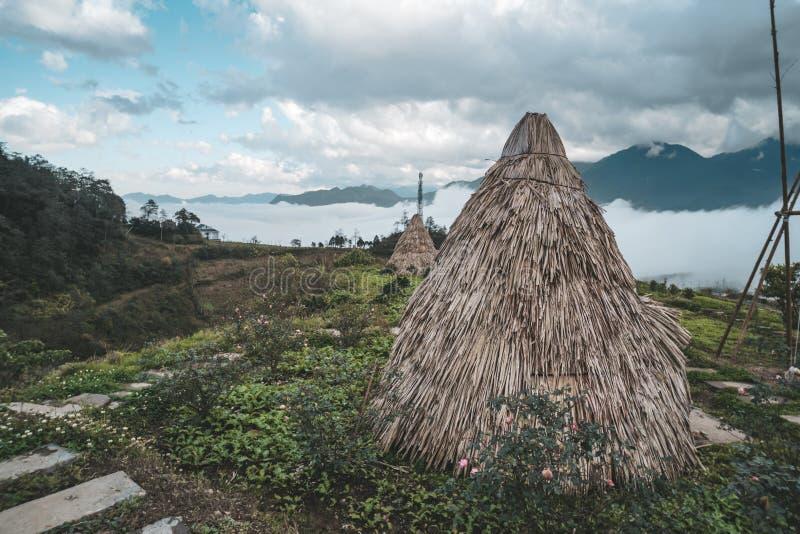 Wigwam, India?ska buda od ro?liny wywodzi si?, przeciw t?u zielona tropikalna ro?linno??, odbudowa tradycyjna wioski obraz stock