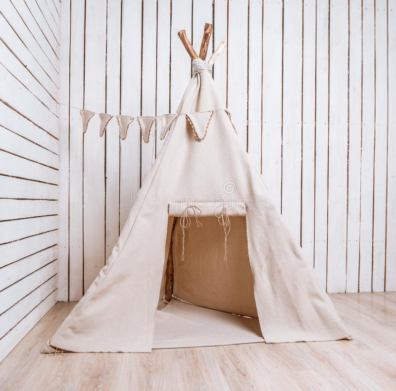 Wigwam in una stanza con le pareti planked di legno fotografia stock