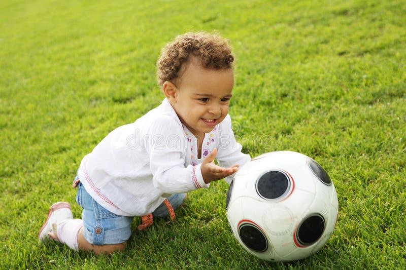 wih милой девушки шарика младенца счастливое играя стоковые изображения rf