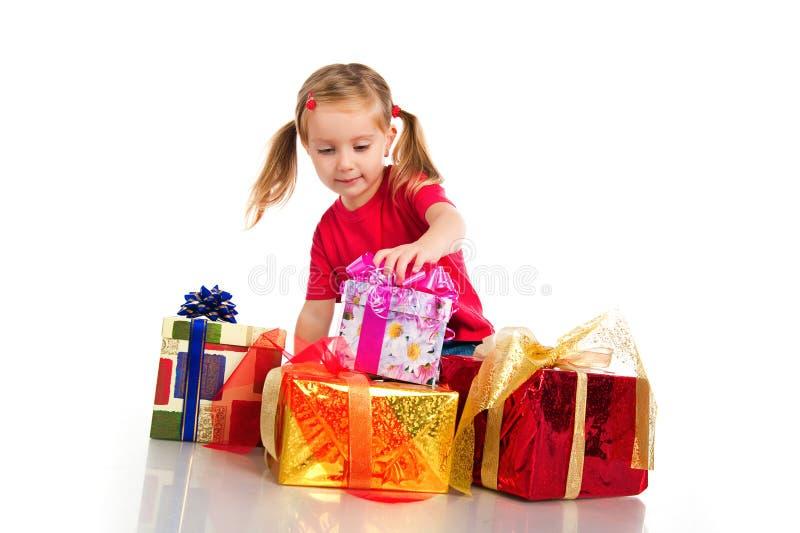 Wih de la muchacha los rectángulos de regalos imagen de archivo libre de regalías