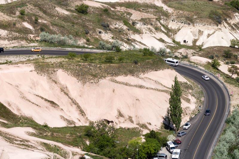 Wijąca asfaltowa droga wśród wzgórzy fotografia stock