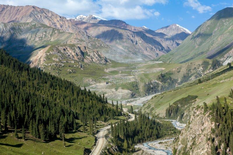 Wijąca droga gruntowa iść Kumtor kopalnia złota zdjęcia royalty free