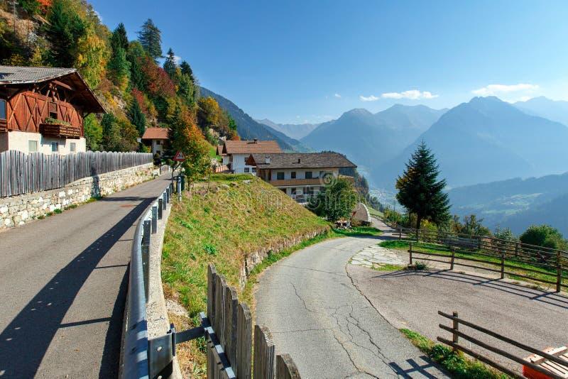 Wijąca droga w wysokogórskiej wiosce Stulles otaczał Alps Po?udniowy Tyrol, W?ochy fotografia stock
