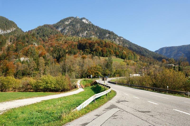 Wijąca halna droga blisko zarząd miasta Schneizlreuth Widok Alps bawaria German zdjęcie royalty free