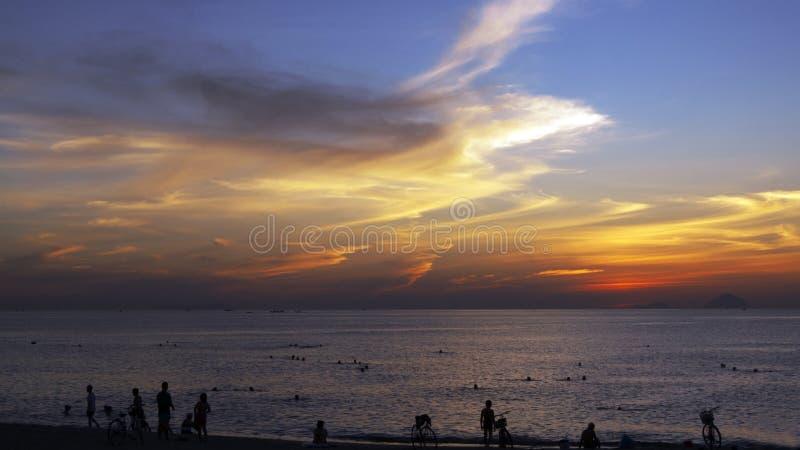 Wij begroeten de dageraad op de kust van het warme overzees stock afbeeldingen