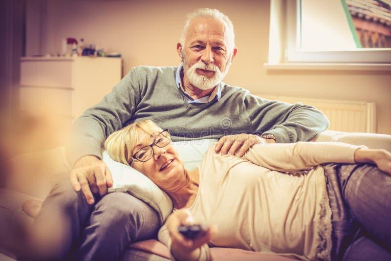 Wij brengen onze pensioneringsdagen met TV door stock afbeeldingen