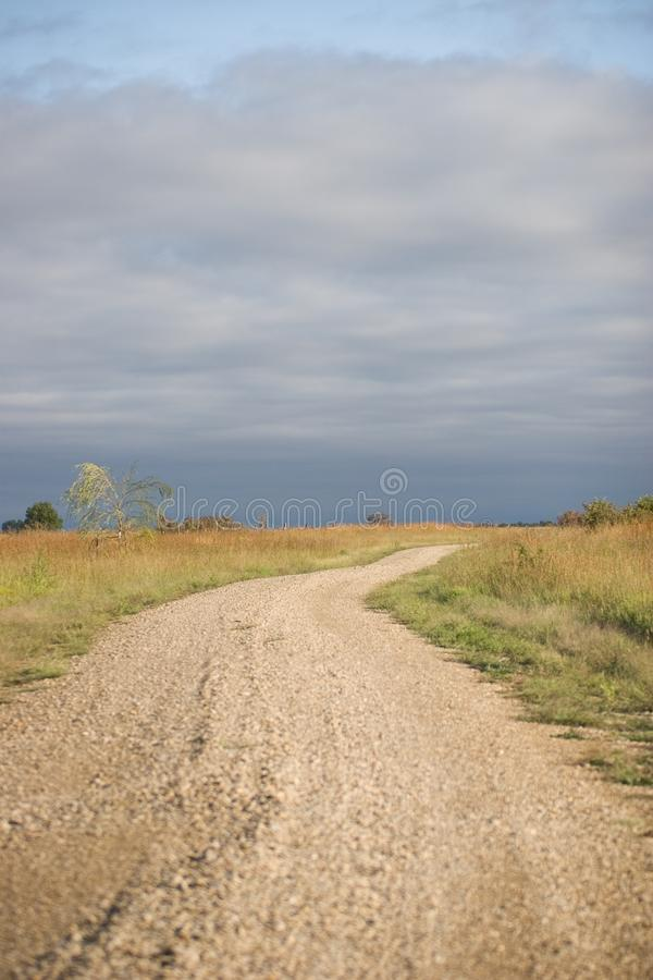 Download Wijąca wiejska droga zdjęcie stock. Obraz złożonej z kraj - 106916040