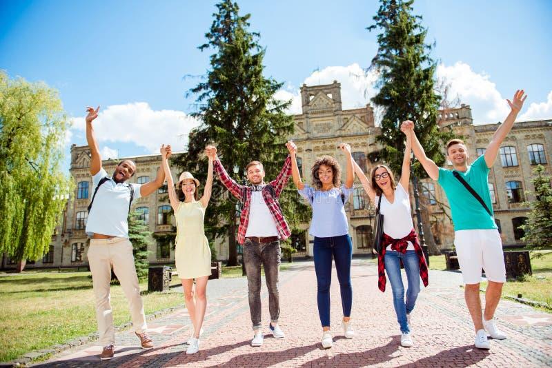 Wij deden samen het! Zes het gelukkige internationale studenten zetten stock afbeelding