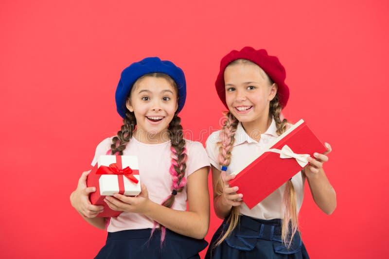 Wij houden van Kerstmis Kleine leuke meisjes ontvangen vakantiegiften Beste speelgoed en Kerstmisgiften Greep van jonge geitjes d stock fotografie