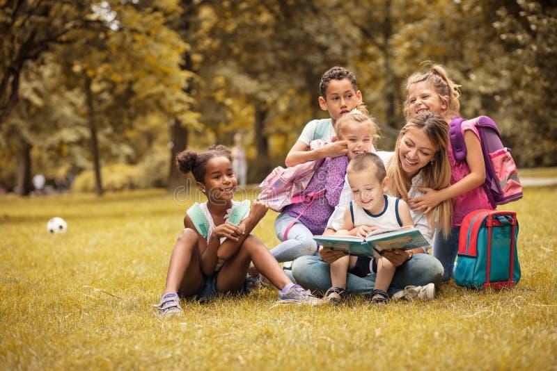 Wij houden van onze leraar Groep kinderen Schoolkinderen stock foto