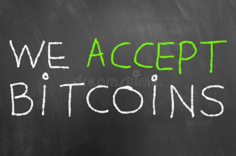 Wij keuren bitcoins op bord wordt geschreven dat of chalkboar krijttekst goed royalty-vrije stock foto