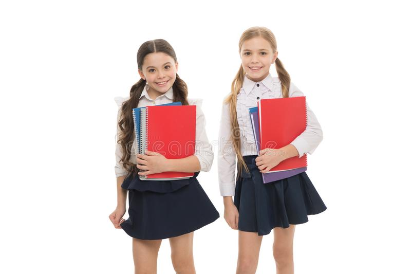 Wij schrijven onze toekomst Kleine meisjes die voorbeeldenboeken voor het schrijven van les houden De kleine kinderen leren lezin royalty-vrije stock fotografie