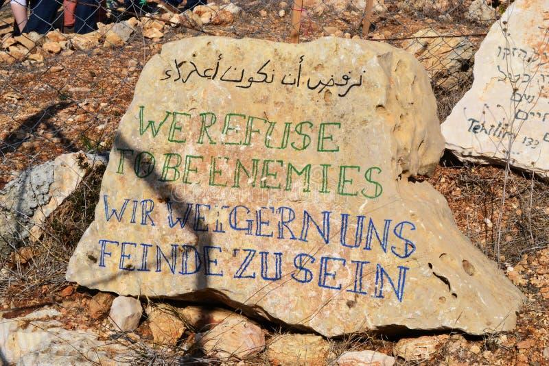 Wij weigeren vijanden, weigern uns Feinde van Wir zu sein, op rots in Palestina, Cisjordanië - Israël te zijn stock foto's