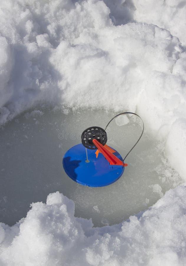 Wij zetten een hengel voor de winter visserij stock afbeelding