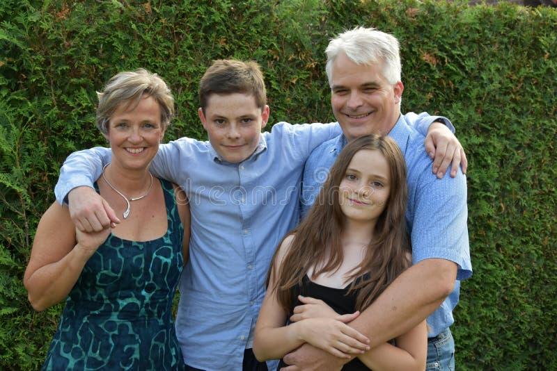 Wij zijn een gelukkige familie, vadermoeder en twee tieners stock afbeeldingen