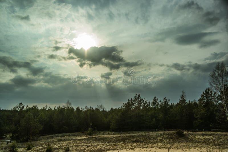 Wijd gebied en wolk in dramatisch stock afbeeldingen