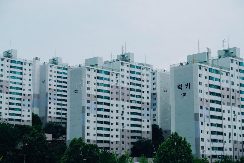 Wijd geschoten van een flatgebouw in stedelijk Seoel, Zuid-Korea stock foto's