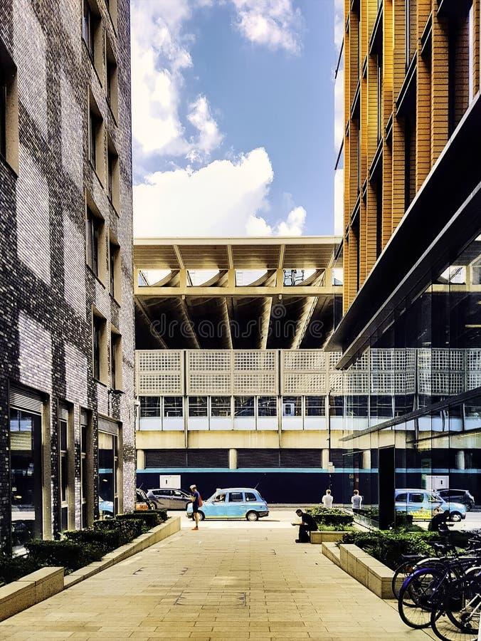 Wijd geschoten van een stedelijke stadssteeg met een weg en een moderne architectuur stock fotografie