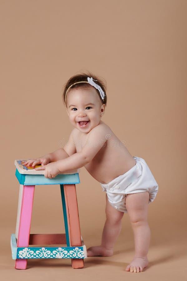 Wijd glimlachend mooi babymeisje stock fotografie