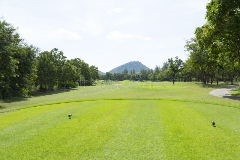 Wijd golfcursus in zeer aardige dag royalty-vrije stock afbeeldingen