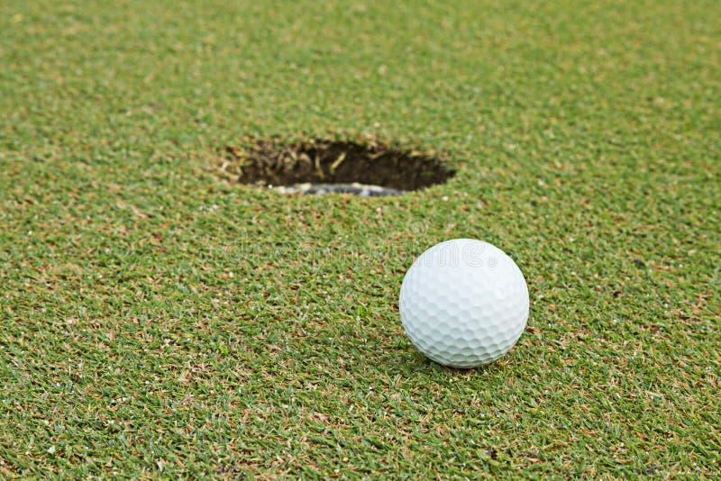 Wijd golfcursus in zeer aardige dag in de zomer royalty-vrije stock afbeelding