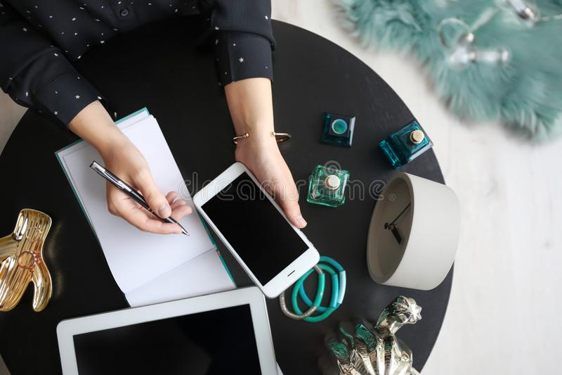 Wijfje blogger met smartphone en notitieboekje stock afbeelding