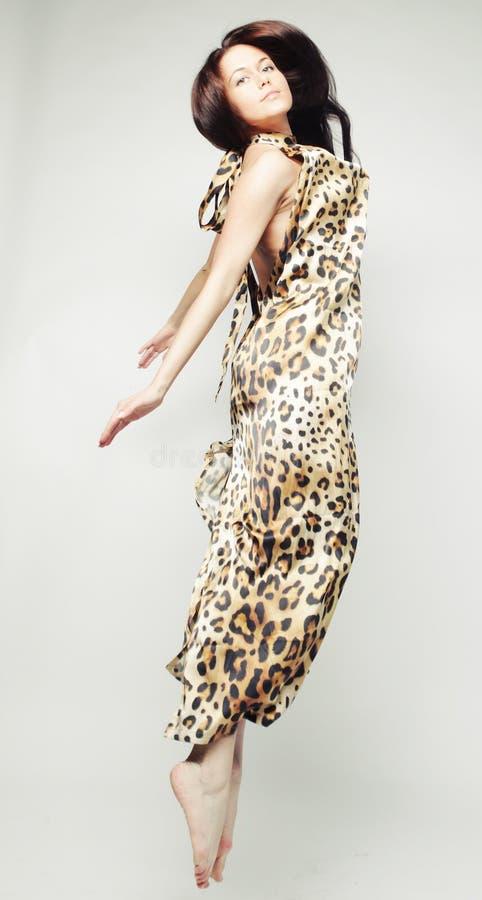 Wijfje in chiffonkleding het springen royalty-vrije stock foto's