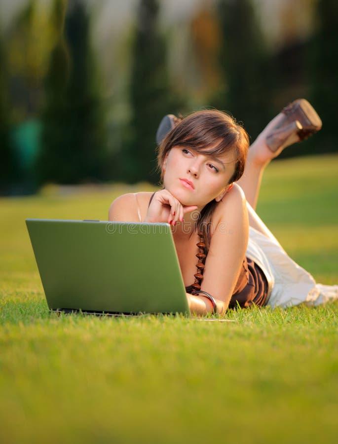 Wijfje dat aan laptop werkt royalty-vrije stock afbeeldingen