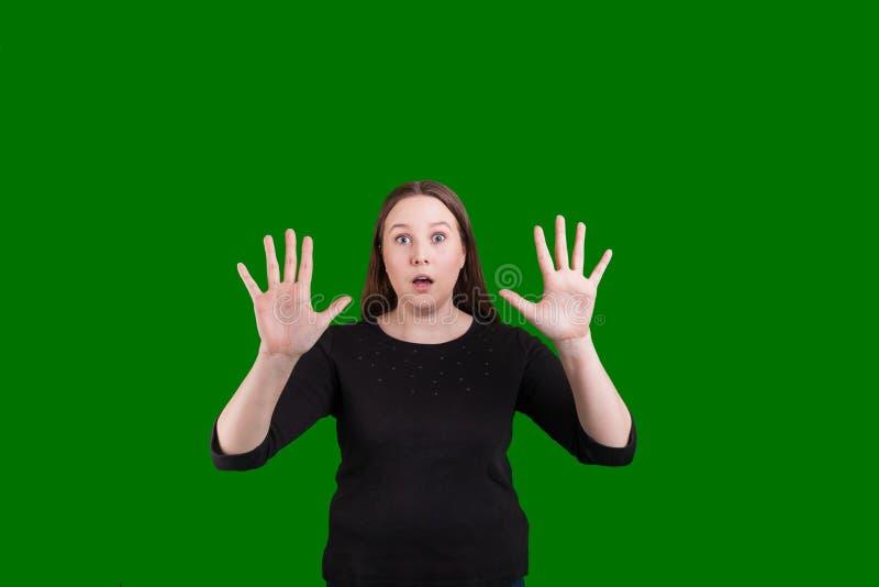 Wijfje dat de uitdrukking van handenpalmen uit van verrassingshand het gesturing steunt op te houden royalty-vrije stock foto