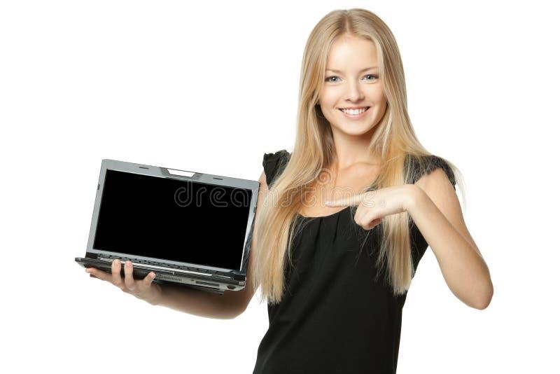 Wijfje dat exemplaarruimte toont bij laptop het scherm stock afbeeldingen